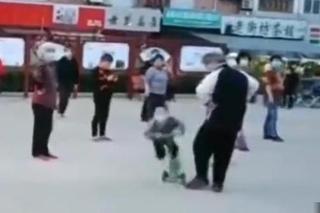 跳广场舞老人绊倒儿童 委托子女当面致歉