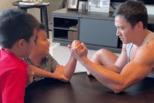 赖弘国和孩子玩游戏笑容开朗 肌肉壮实超抢镜