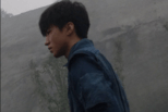 曝王俊凯新电影路透 脸及手均带伤疑拍打斗戏