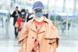 李宇春穿个性皮大衣 面无表情化身走路机器