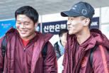 国足抵达韩国准备东亚杯 众将谈笑很放松