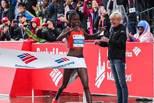 2小时14分04秒! 科斯基刷新女子马拉松世界纪录