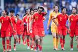 中国女足众将赛后谢场 队长吴海燕擦拭泪水