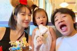 王祖蓝李亚男带女儿游迪士尼 一家人很温馨