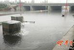 西安暴雨后:橋下積水兩米深 多轎車被淹