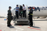 警方从韩押解5名非法集资嫌犯回国