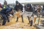 加拿大農民傾倒玉米 抗議鐵路工人罷工