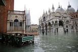 威尼斯又被淹 居民站在水中买面包