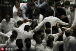 斯里兰卡议员在议会扭打乱成一团