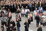 德国反移民大游行现场:高举受害者照片