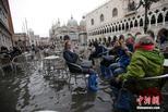 """水城威尼斯被淹 游客""""泡水""""吃冰淇淋"""