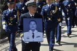 海军飞行员迫降牺牲:为保护学校放弃跳伞