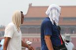 """北京""""蒸桑拿""""游客冒酷暑游天安门"""