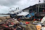 山竹过后香港现垃圾海 千万游艇被吹上岸
