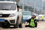 武汉交警冰雪中推出百辆被困车辆