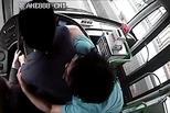 女乘客搶公交方向盤 他一把抱住獲獎十萬