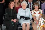 91岁女王首去伦敦时装周秀场 反应很精彩