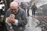 火灾后烧毁家中发现宠物猫 老人喜极而泣