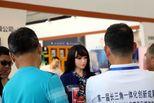 機器人少女友亮相博覽會 引眾人圍觀