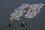为喝净水 印尼女性背200空壶逆流打水