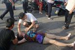 俄罗斯女游客三亚街头晕倒 众人救助