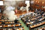 科索沃议会会议 反对派投催泪弹