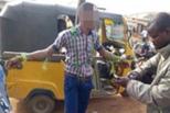 尼日利亚一中学捆绑迟到学生 警察干预遭殴打