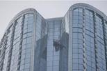 玻璃自爆后从200米高空坠落 豪车被砸中