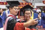 山东大学毕业典礼 博士夫妇带娃庆毕业