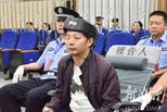 涉枪杀2人民警受审 戴头盔出庭