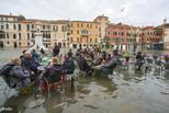 威尼斯水位再触及1.5米 游客水中用餐