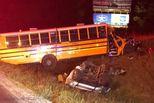 美国校车与一辆汽车相撞 致1死11伤