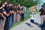 警察牺牲 70名警员替他送5岁儿子上学