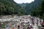 游客无视禁令撕开防护网 进河道消暑