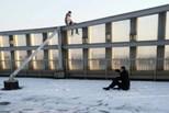 男子要从楼顶跳下 警察坐雪地劝两小时