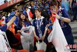 世界杯赛后 日本球迷自发带走垃圾