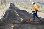 美加州连遭强震 公路铁路被震成\