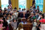 """白宫举办""""带孩子上班日"""" 特朗普被包围"""