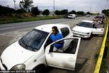 委内瑞拉燃料短缺持续 居民推车加油