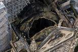 俯拍火灾后的巴黎圣母院 顶部被烧出大洞