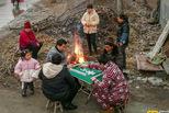 华北冬日里的村民:户外取暖打麻将