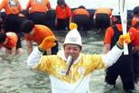 韩国冬奥圣火传递:火炬手嘴含活鱼