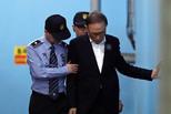 李明博涉贿案庭审 在狱警搀扶下离开法院