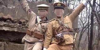 两男子穿日军军服在南京抗战遗址留影