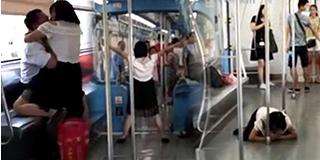 釜山行?女子轻轨上发狂撕咬乘客
