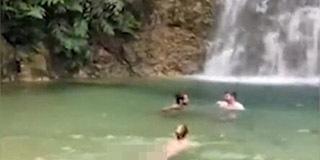 外国美女在景区游泳 工作人员劝了20分钟