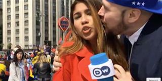 女记者报道世界杯 遭球迷强吻袭胸