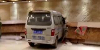 面包车冲酒店险撞女前台 司机自封赛车手
