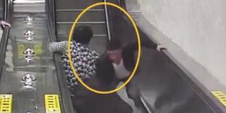 行李箱欲砸扶梯上老人 小伙逆行一把拦住