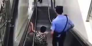 老人扶梯上摔倒 辅警飞身一跃化险为夷